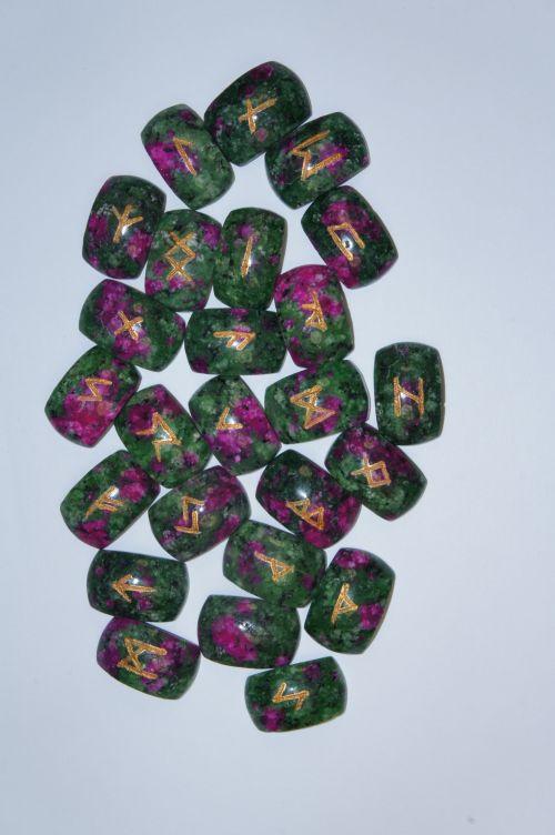 Руны каменные из цоизита с рубином.  (1,8*2,5*0,7 см, прорезаны 25 рун + инструкция)