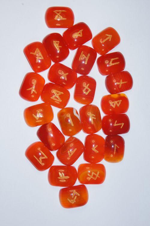 Руны каменные из оранжевого агата.  (1,8*2,5*0,7 см, прорезаны 25 рун + инструкция)