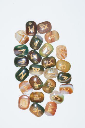 Руны каменные из зелено-коричневого агата.  (1,5*2*0,7 см, прорезаны, 25 рун + инструкция)