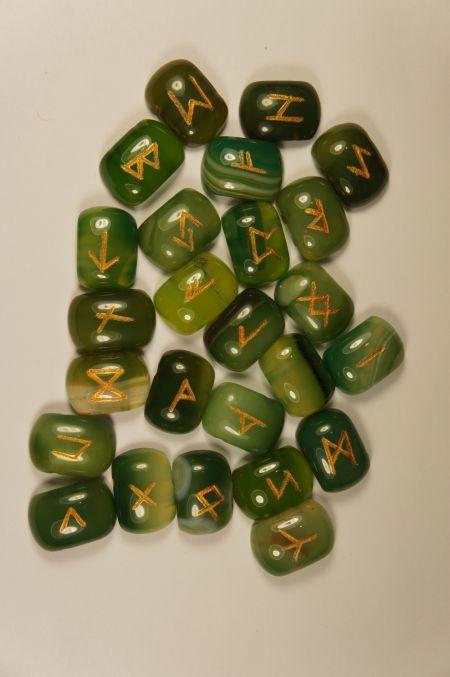 Руны каменные из зеленого агата цвета весенней травы  (2,5*2 см, прорезаны.  25 рун + инструкция)