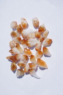 Природный кристалл из цитрина в ассортименте.