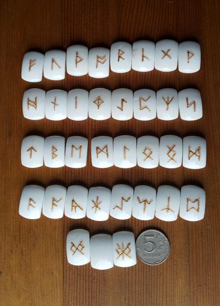 Нортрумбийские руны из белого агата.  (1,8*2,5*0,7 см, прорезаны 35 рун + инструкция)