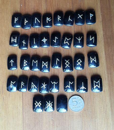 Нортрумбийские руны из черного агата №2. (1,8*2,5*0,7 см, прорезаны 35 рун + инструкция)