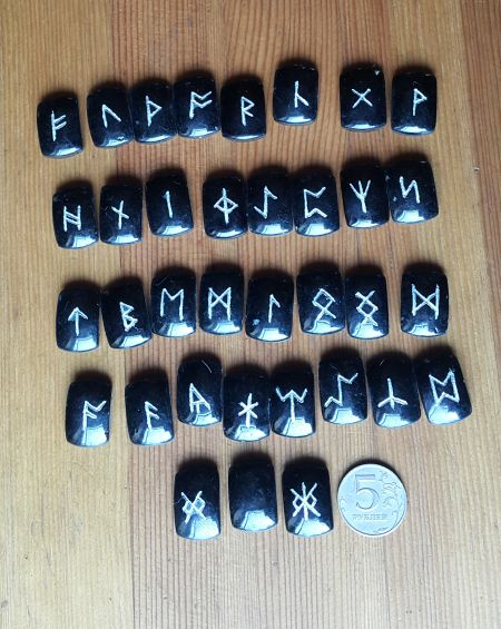 Нортрумбийские руны из черного агата №1.  (1,8*2,5*0,7 см, прорезаны 35 рун + инструкция)