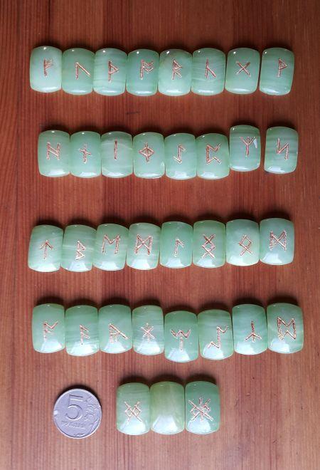 Нортрумбийские руны из зеленого оникса. (1,8*2,5*0,7 см, прорезаны 35 рун + инструкция)