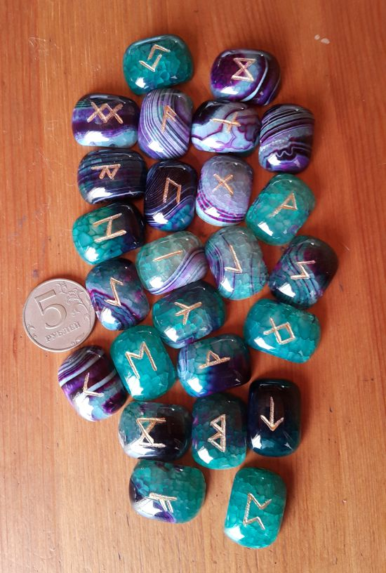 Руны каменные из флюорита. 2,5*1,8*0,7 см, прорезаны 25 рун + инструкция)