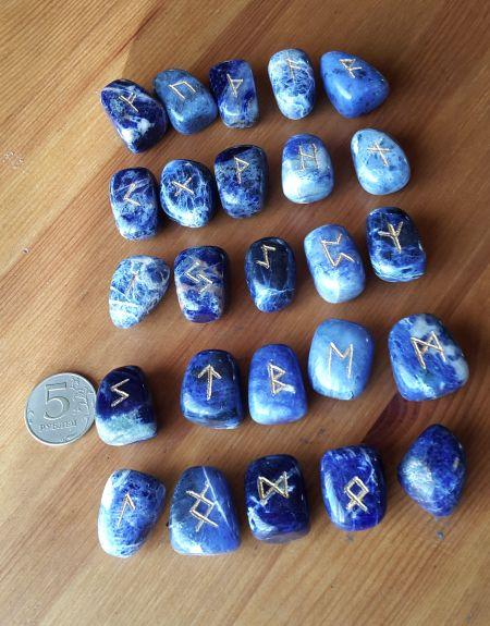 Руны каменные из содалита. (2,8*1,8*1,7 см , прорезаны 25 рун + инструкция)