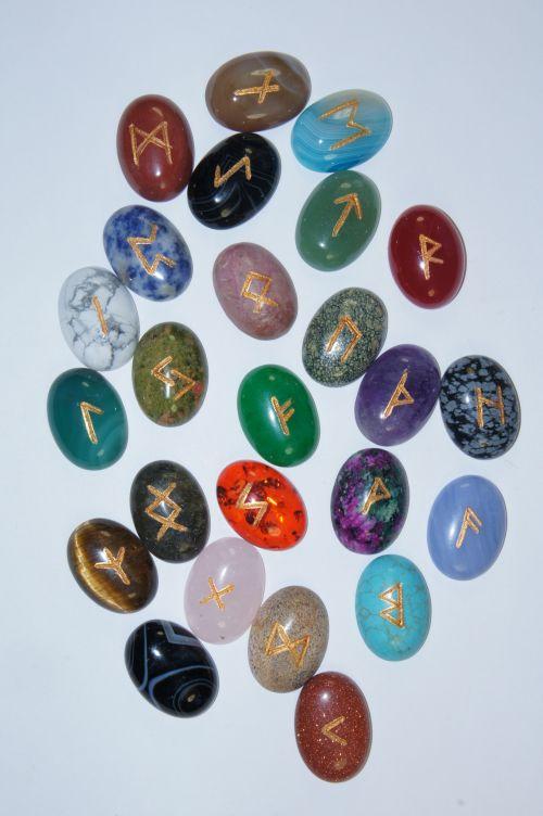 Руны каменные из 25 самоцветов (на кабошонах 2,5*1,8 см, прорезаны.  25 рун + инструкция).