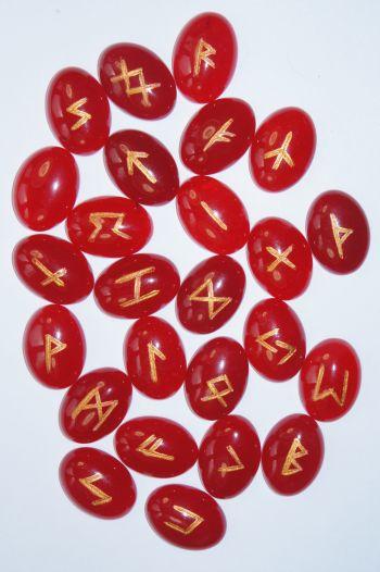 Руны каменные из турмалина  2,5*1,8*0,5 см  (прорезаны на кабошонах, 25 рун +инструкция).