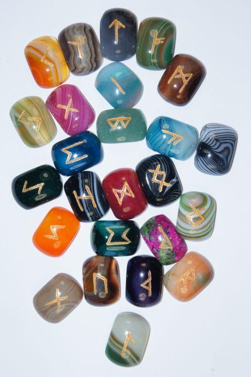 Руны каменные из самоцветов и цветных агатов.  (1,8*2,5*0,7 см, прорезаны 25 рун + инструкция)