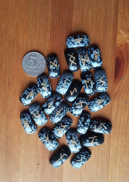 Руны каменные из снежного обсидиана. (2,5*1,2*0,7 см, прорезаны 25 рун + инструкция)