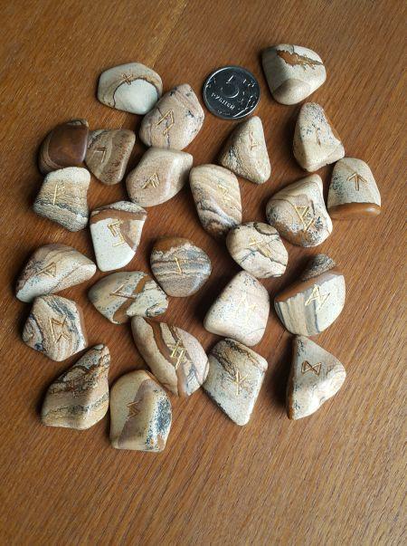 Руны каменные из живописной яшмы. Прорезаны. (2*3 см, +инструкция)